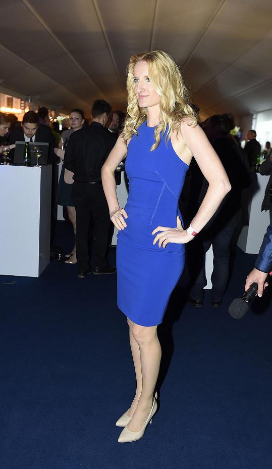 Hlavní moderátorka večera Adela Banášová zvolila jednoduché pouzdro v královské modré barvě.