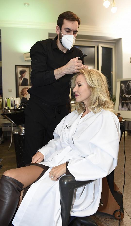 Nyní si díky spolupráci s luxusním francouzským salonem dopřála péči od profesionálů v rámci kadeřnického školení.