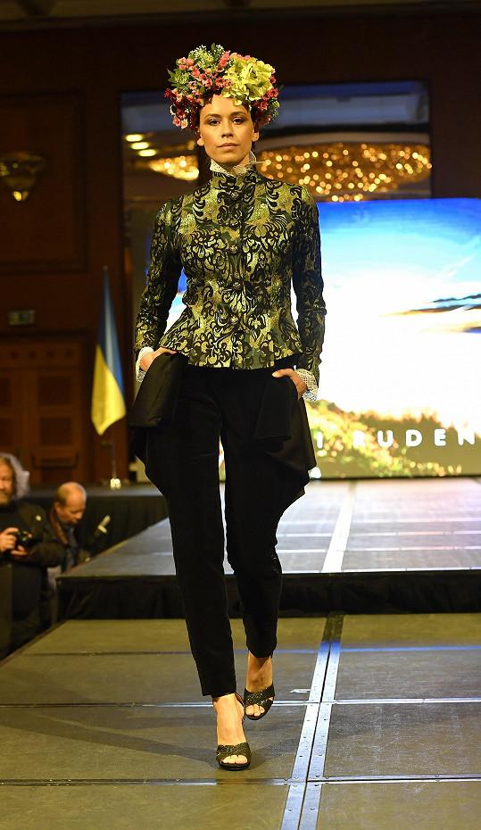 Kateřina předváděla kolekci inspirovanou Ukrajinou – její přírodou, kulturou a tradicemi. Linie se jmenuje symbolicky – Džerelo, neboli Prameny.