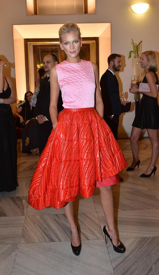 Nejvýraznější róba večera zdobila bezesporu Zuzanu Stráskou. Světově úspěšná topmodelka si dělala legraci, že model z aktuální kolekce Dior je možné využít i v zimě jako bundu, pokud by si prý přehodila prošívanou sukni přes tělo.