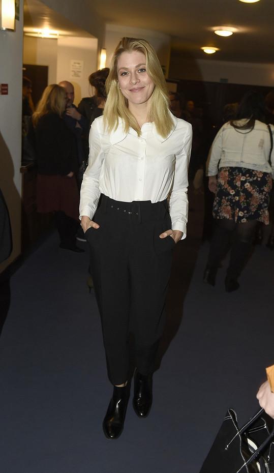 Herečka Kateřina Klausová příliš nápaditá nebyla, do divadla přišla v černých kalhotách a bílé košili.