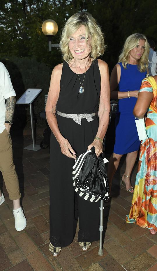 Zuzana dorazila na oslavu producenta Františka Janečka o berli.
