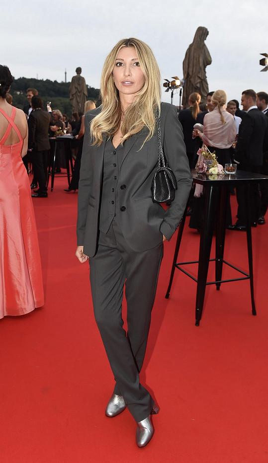 Návrhářka Ivana Mentlová měla na sobě oblek s osobně navržené kolekce Silverline pro Pietro Filipi.