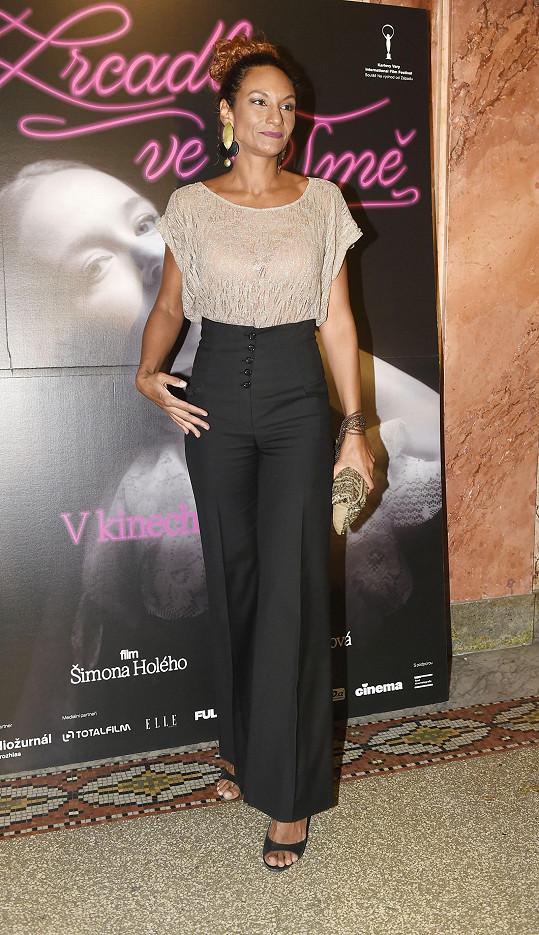 Na premiéru filmu Zrcadla ve tmě dorazila také Lejla Abbasová.