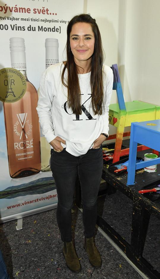 Dominika na akci Hudebního divadla v Karlíně podpořila nadaci Stop šikaně.