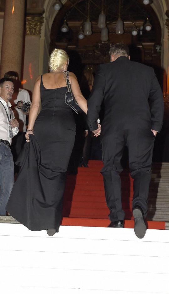 Bára s partnerem odcházejí do hlavního sálu.