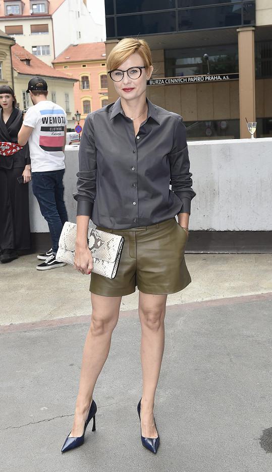 Většinou preferuje sukénkový styl, ale na přehlídku své oblíbené značky La Formela si Jitka Schneiderová vyšla tak trošku za chlapečka. Široké kožené šortky odvážně sladila s podobně lesklou hedvábnou blůzou.