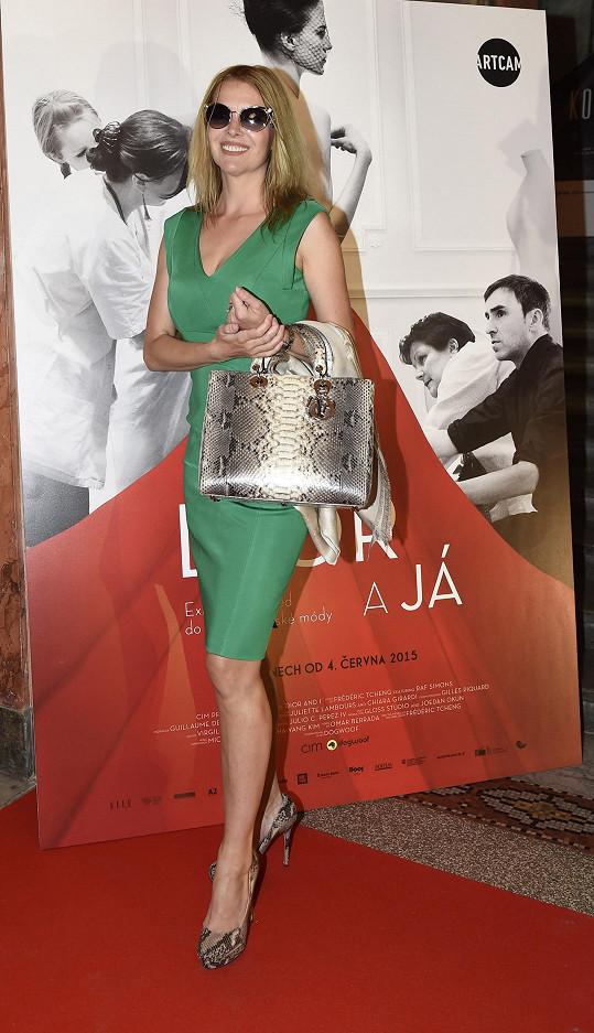 Známá česká Playmate Jana Štefánková si užívala horkého počasí a do kina vyrazila jako na promenádu v Saint Tropez, oblečená v trávově zelených pouzdrových šatech, které doplňovala velmi výrazná kabelka Dior se vzorem krajty.