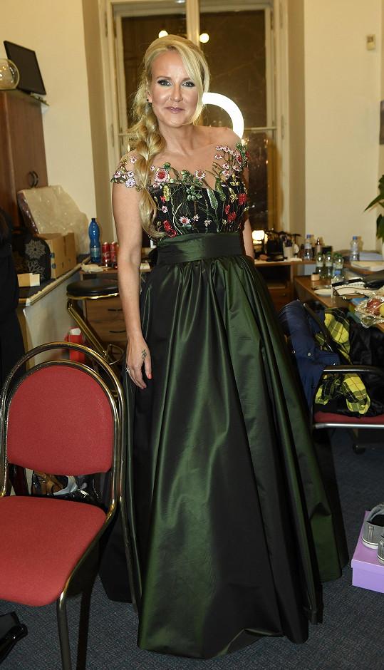 Vendula v zelených šatech od Osmanyho Laffity, které se budou dražit ve prospěch nadace Kapka naděje.