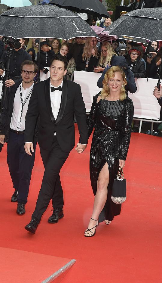 Ester Geislerová s přítelem Martinem Hronským Krupou na červeném koberci při zakončení karlovarského filmového festivalu