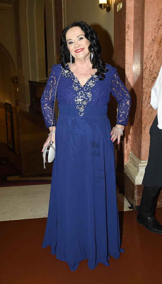 Herečka zářila v modrých šatech.