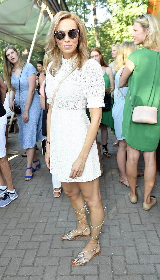 Hana Reinders Mašlíková zvolila bílé krajkové šaty.