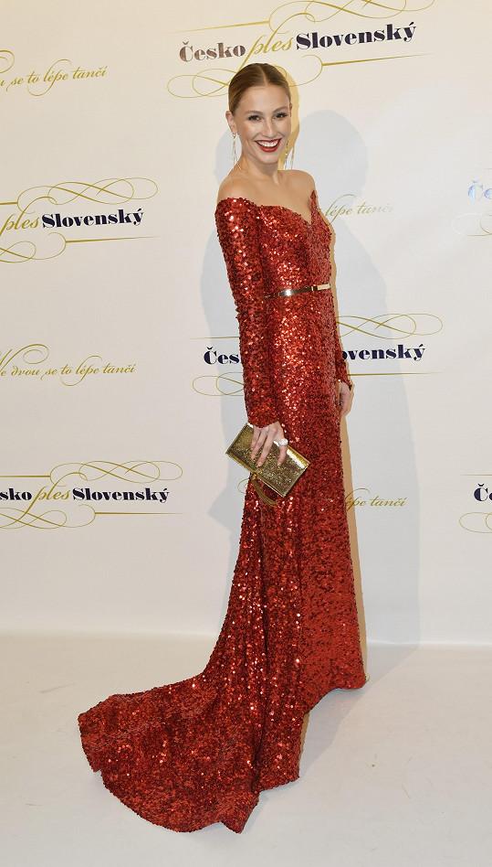Model pochází z dílny slovenské návrhářky Jany Pištějové.