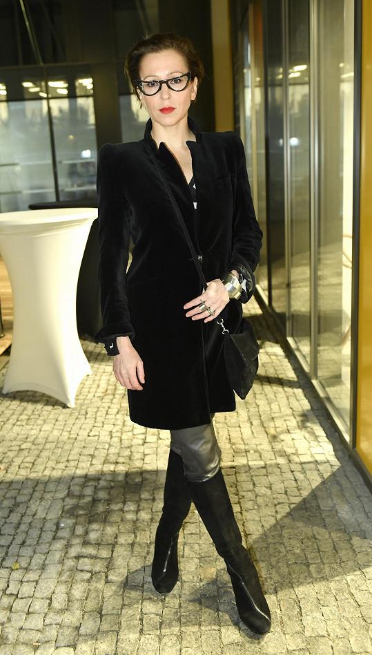 Extravagantní kousek vypadá k tomuto outfitu skvěle.