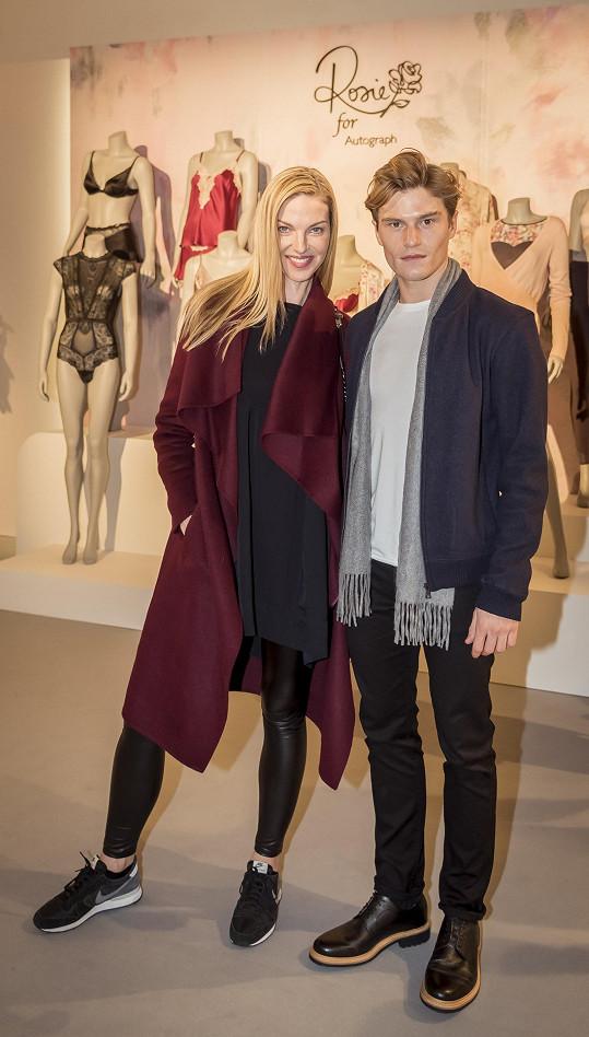 Pavlína se v Londýně setkala s Oliverem Cheshirem, který chodí s anglickou zpěvačkou, textařkou, herečkou a tanečnicí Pixie Lott.