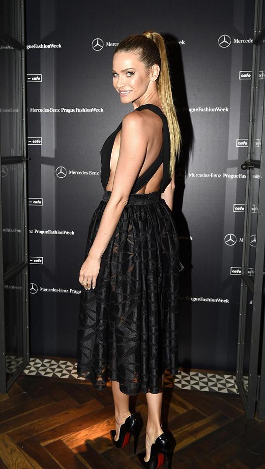 Šaty, které vznikly v kooperaci s módní návrhářkou Zuzanou Lešák Černou, představila už na zahájení týdne módy před měsícem.