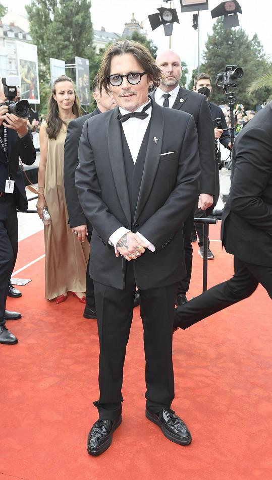 Johnny Depp se na červeném koberci objevil jako elegán.