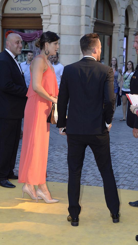 Leoš u vchodu na párty, kde na něj čekala Valentina. Moderátor nechápal proč.