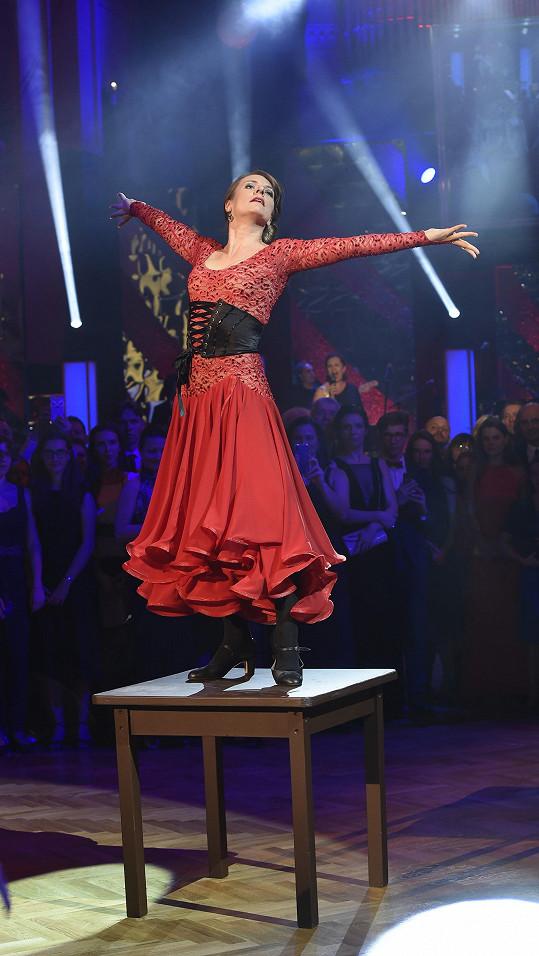 V rudých šatech byla Polívková velmi svůdná.