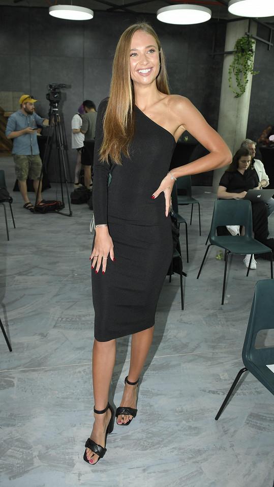 Lea Šteflíčková si konečně užívá, že nemusí pod šaty nosit podprsenku.