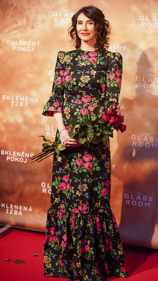 Carice zvolila róbu s barevnými květy.