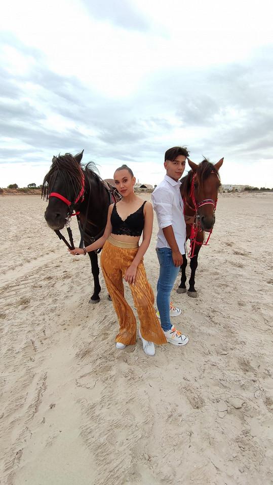 Lucka Bikárová a Honza Bendig natáčeli v Tunisku klip k písni Dokola.