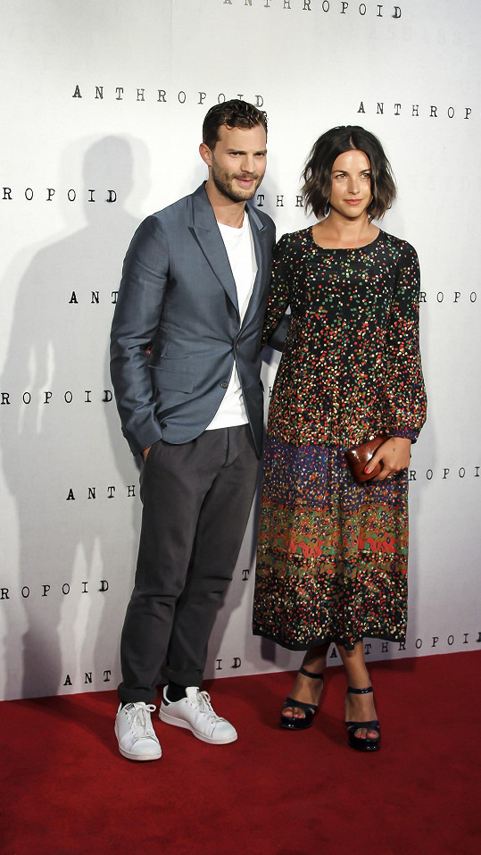 Jamie Dornan dorazil s manželkou Amelií Warner.