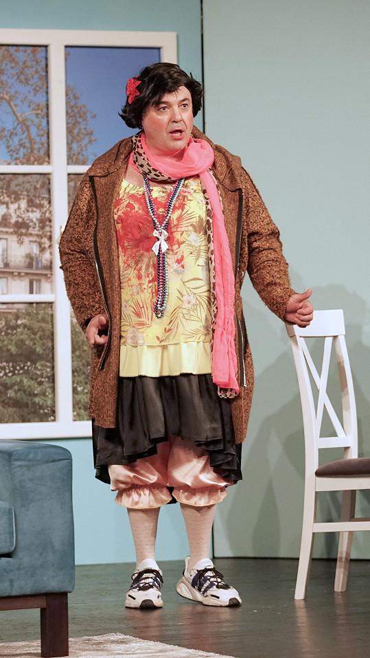 Tentokrát se Zounar nesvléká, ale hraje v dámském oblečení.