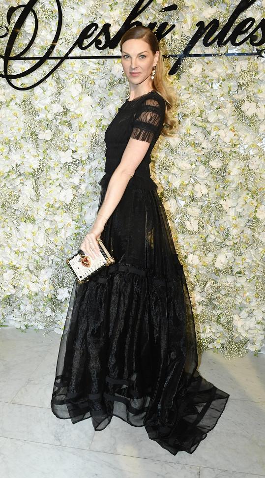 Pavlína v šatech od Míry Bárty, kabelka je Dolce Gabbana.