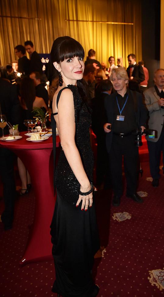 Alice měla krásné šaty od Táni Kovaříkové.