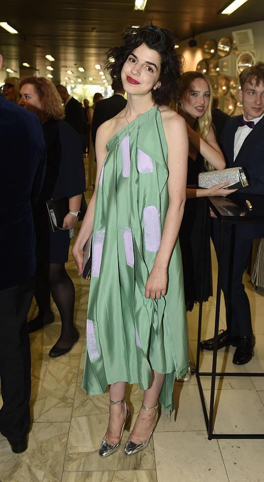 Antonii to slušelo v zelených šatech návrhářky Vandy Jandy.
