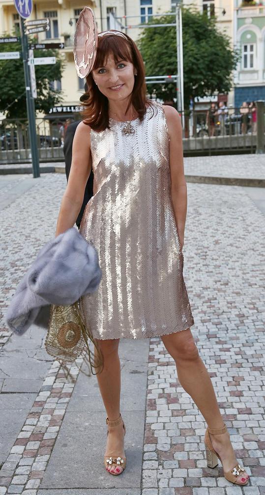 Na párty ve stylu Velkého Gatsbyho se návrhářka vystrojila originálně. Oblékla minišaty s měděnými flitry ze své kolekce, nasadila apartní klobouk ladící s botami Dolce & Gabbana. Kabelka byla skutečným originálním prvkem, jedná se o kousek z počátku století.