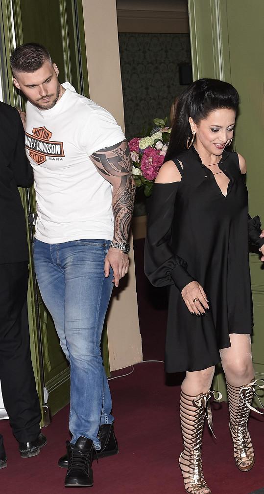 Hlídá ji jako bodyguard.