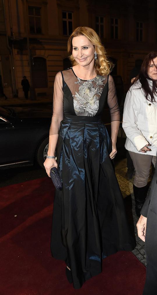 Oblékla šaty Beaty Rajské.