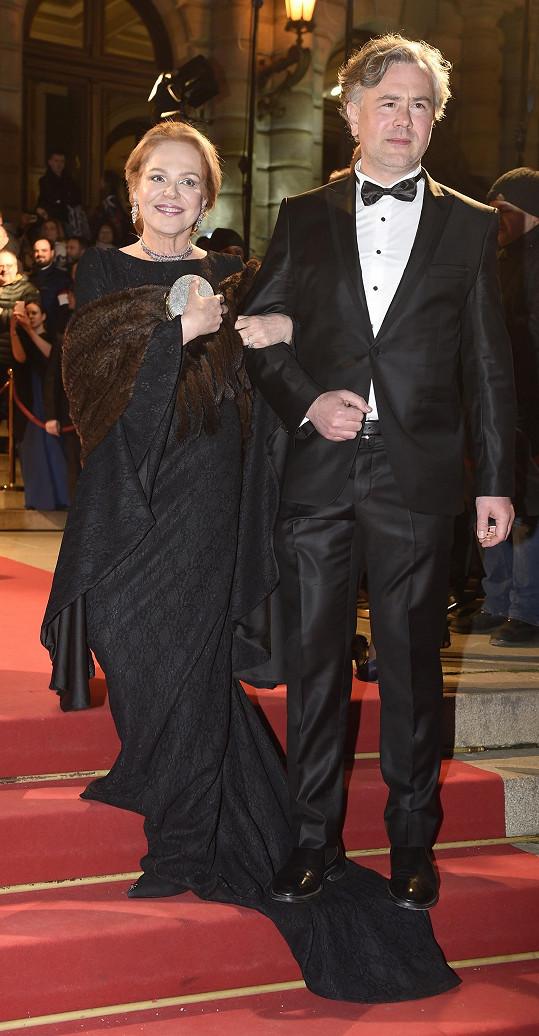 Dagmar Havlová při příchodu do Rudolfina, kde slavnostní večer probíhal.
