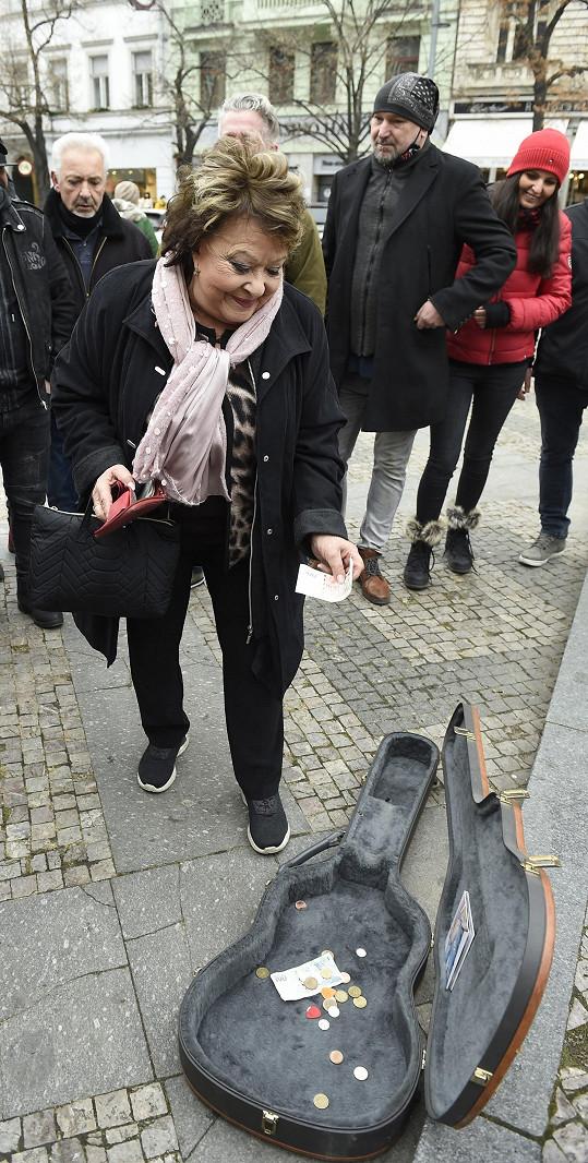 Jejím úkolem bylo vhodit peníze do futrálu, když Janda ztvárňoval bezdomovce hrajícího na kytaru.