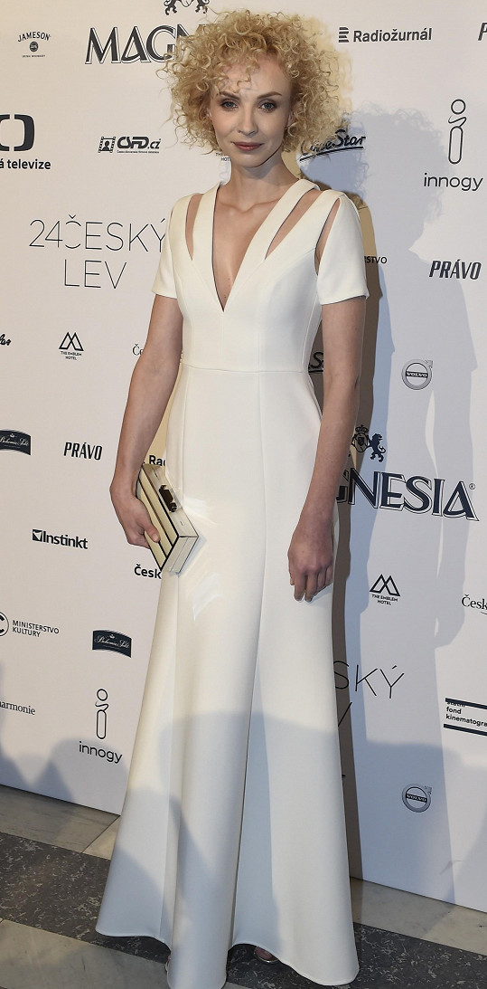 """Trefou """"do bílého"""" byly tyto šaty z dílny Bcgb Max Azria s rafinovanými průstřihy, které Jana Plodková zvolila na udílení cen Český lev."""
