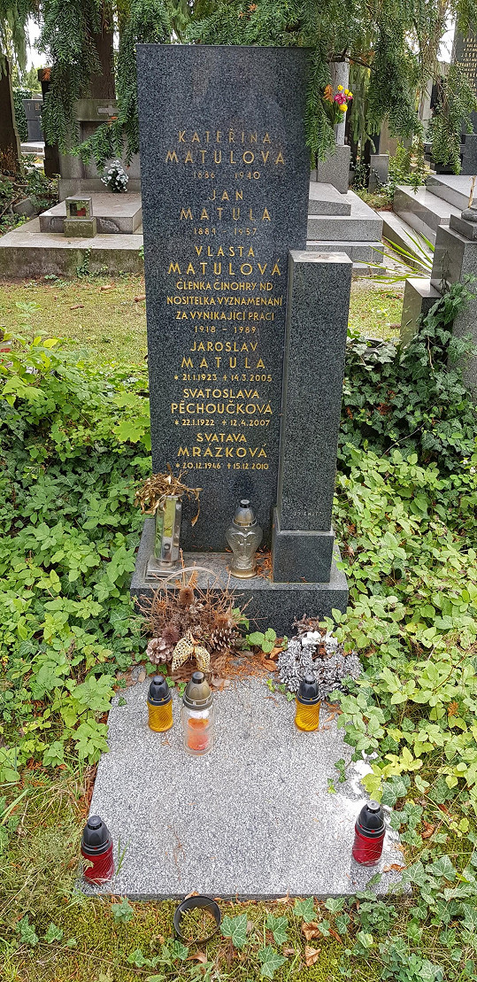 Hrob Vlasty Matulové najdete na Vinohradském hřbitově v Praze.
