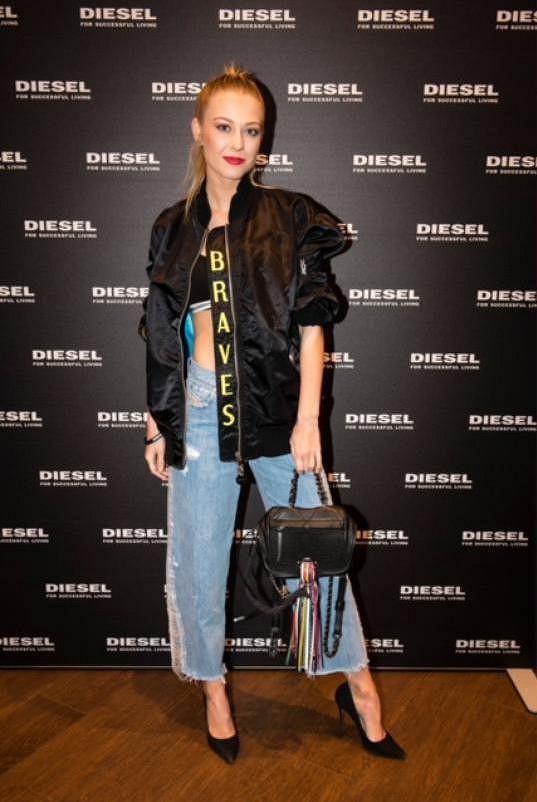 Kotková v outfitu ve stylu osmdesátek.