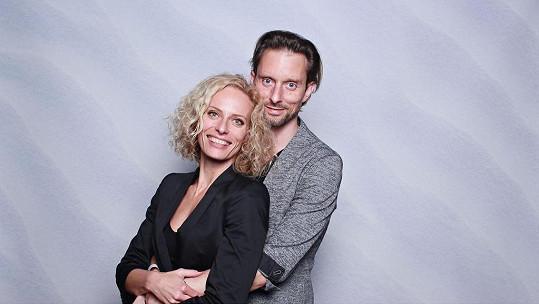 Jako kudrnatá blondýna se líbí i partnerovi Václavu Kunešovi.
