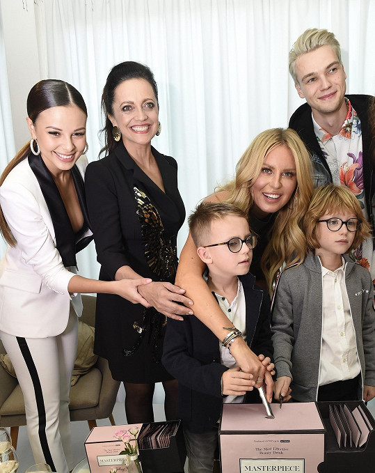 Vedle Simony a její rodiny se Monika potkala i s Lucií Bílou nebo zpěvákem Mikolasem Josefem.