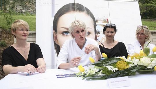 Zajímavý zákrok Miluši provede zkušená doktorka Darina Zelenková.