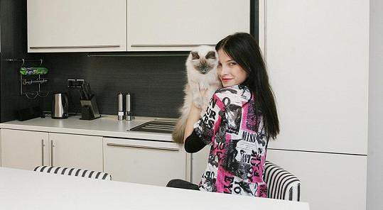 Iva Frühlingová se svým kocourem u sebe v kuchyni.