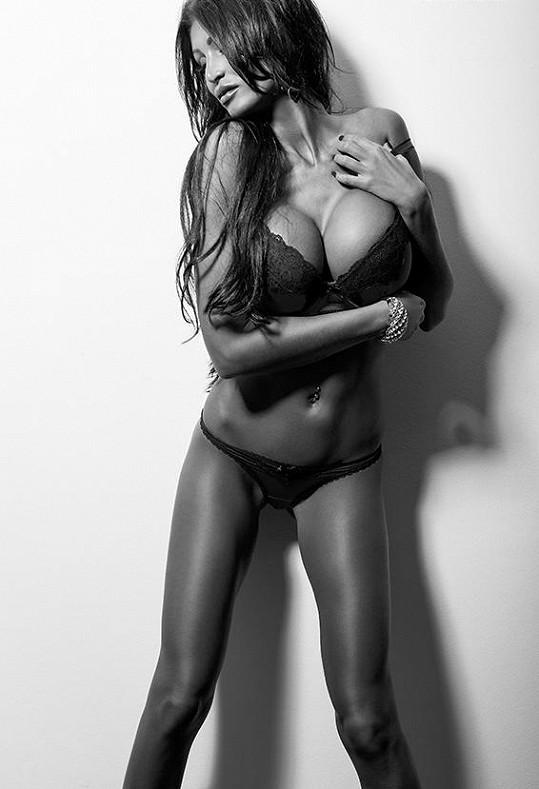 Glamour modelka Julie Zugarová nafotila další odvažné fotografie v prádélku.