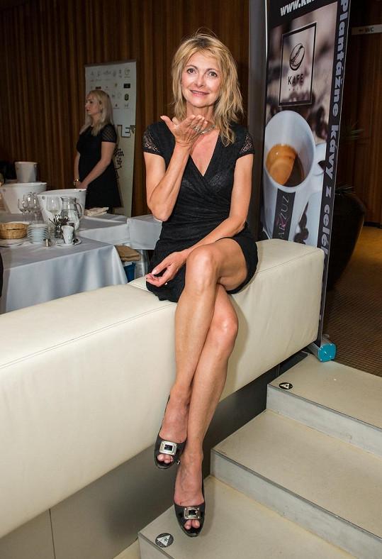 Slovenská herečka si může dovolit mini šaty.