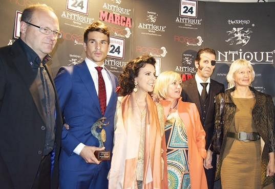 Trenér španělského Realu Betis Pepe Mel, oceněný Manzanares, zpěvačka Maria Jose Santiago, televizní komentátorka Carmen Borja, slavný toreador Padilla a MUDr. Ivana Němečková na předávání cen pro nejlepší toreadory.