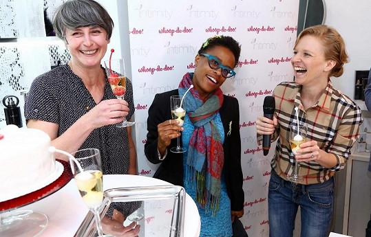 Tonya a další kmotra Monika Načeva si připily s designérkou kuliček Annou Marešovou (vpravo). Ve skleničce s šampaňským měly sexuální pomůcku - to měl být důkaz zdravotní nezávadnosti a vodotěsnosti výrobku.