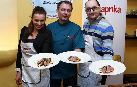 Alice Bendová a Marian Vojtko se šéfkuchařem Laci Hornáčkem.