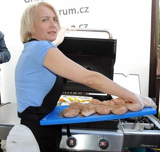 Veronika na grilovací párty běhala kolem jídla jako laňka.