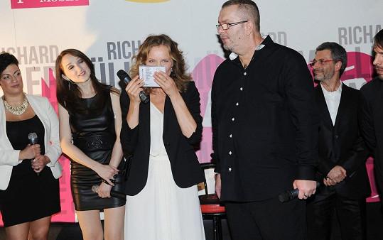Herzigová pokřtila album svým polibkem.